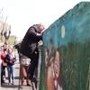 Красноярским депутатам пришлось «штурмом» брать подлежащий сносу садик слюдьми (видео)
