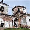 Вполуразрушенном храме под Красноярском возобновили службы
