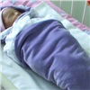 ВКрасноярске неизвестная подкинула младенца кдому ребенка (видео)