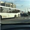 Наул. Высотной пикап врезался в автобус (видео)