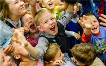 Фоторепортаж: Дети, роботы икосмонавты