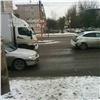 ВКрасноярске КамАЗ протаранил два автомобиля наперекрестке (видео)