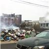 Мусоровоз вывалил горящие отходы наКоммунальном мосту Красноярска (видео)