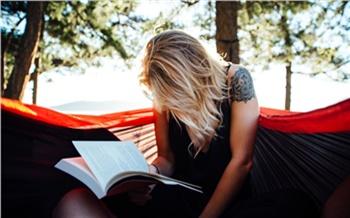 Яркие книги против хмурого настроения