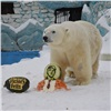 Медведю изкрасноярского зоопарка подарили «торт» ввиде Дональда Трампа (видео)