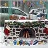 Кновогодним праздникам красноярские ученики украсили двор родной школы