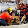 Умение спасать издыма ипокореженного авто продемонстрировали красноярские спасатели