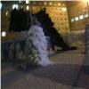 ВНорильске сильный ветер надломил новогоднюю ёлку