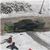 Заперекрытый тротуар красноярского автохама заблокировали мусорными баками