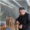 Директор красноярского зоопарка накормил обезьян блинчиками