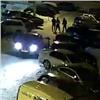 Полуголый таксист гонялся с лопатой за избившими его пассажирами (видео)