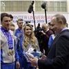 Путину вКрасноярске подарили плюшевую собачку (видео)