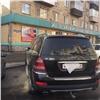 Скрывшего номер тряпочкой водителя «Мерседеса» высмеяли за«московское жлобство»