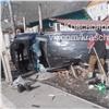 «Кому-то баньку помяли»: вКрасноярске машина влетела натерриторию частного дома