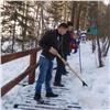 Добровольцы чистят ставшие опасными «Столбы» ото льда