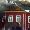 Деревянное здание начальной школы охвачено огнем вКрасноярском крае