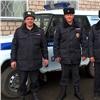 Изполыхающего дома полицейские вынесли наруках двух девочек