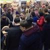 «Трэш какой-то!»: вКрасноярске выстроилась огромная очередь забесплатными товарами