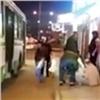 «Спрашивала, куда ему, аонплевался»: неугодного пассажира силой высадили изавтобуса (видео)