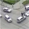 Принципиальные водители неразъехались наперекрестке иустроили драку (видео)