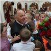 Юные красноярцы поздравили известного мецената сднем рождения