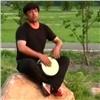 Красноярский дворник-таджик прославился песнями (видео)