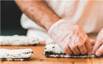 «Лучшебы я резину пожевал»: зачто ненавидят доставки суши Красноярска