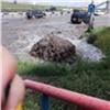 В Красноярске около торгового центра забил грязный «фонтан» (видео)