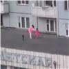 Дети сразрешения родителей играли вмяч накрыше поликлиники (видео)