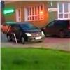 Красноярский автохам заблокировал проезд скорой втесном микрорайоне (видео)