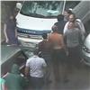 ВКрасноярске водители подрались из-за права первым объехать лужу (видео)