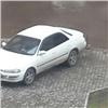 Вкрасноярском дворе замуровали припаркованные на тротуаре машины