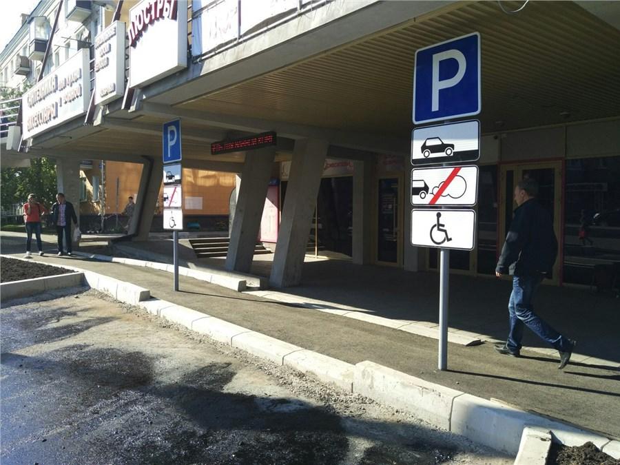 На проспекте Свободном появились дорожные знаки посреди тротуара