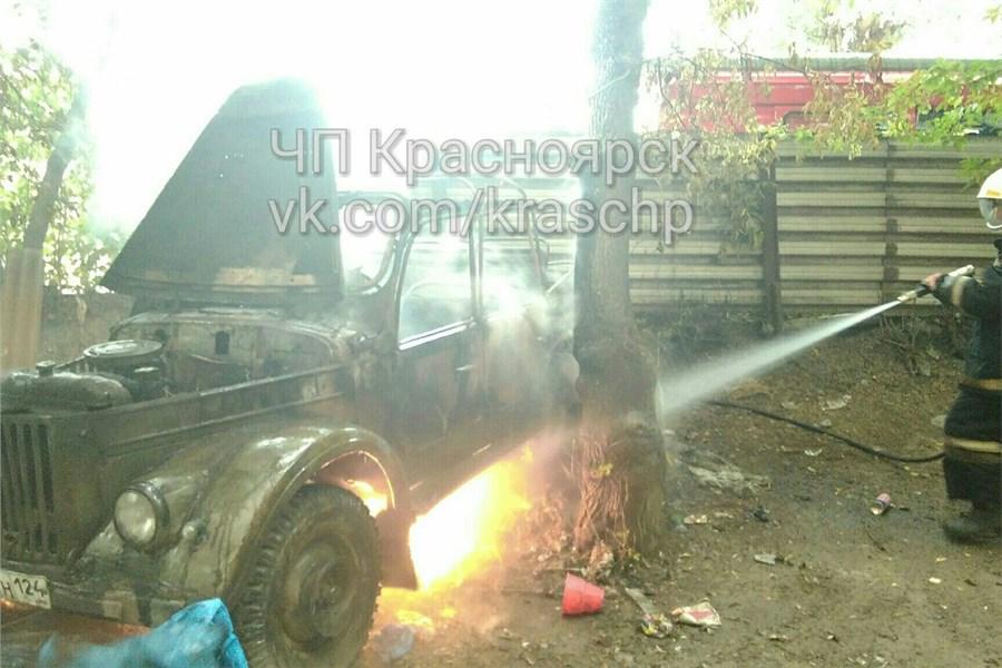 ВКрасноярске водворе дети подожгли старый автомобиль