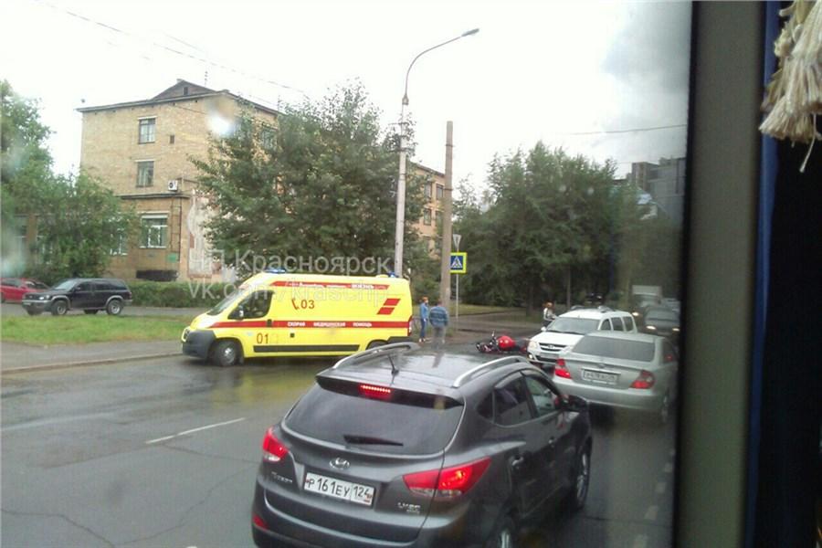 ВКрасноярске наулице Маерчака вДТП пострадал мотоциклист