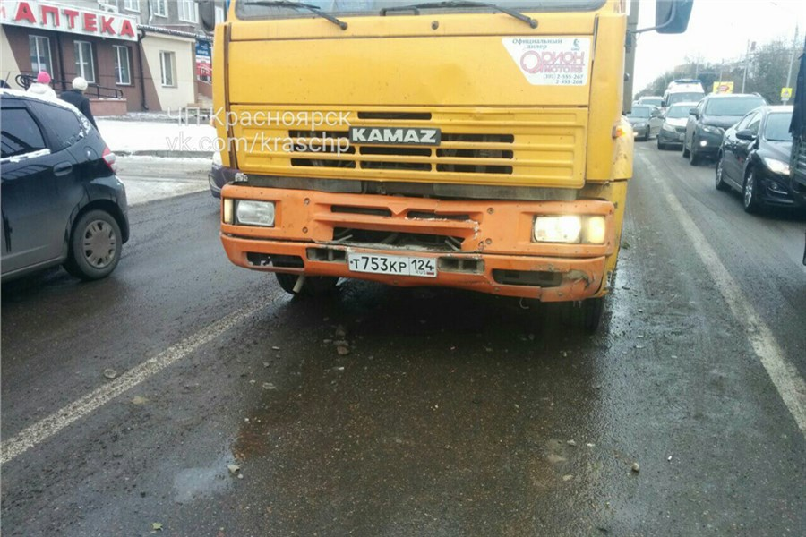 ВКрасноярске КамАЗ протаранил два автомобиля перед светофором
