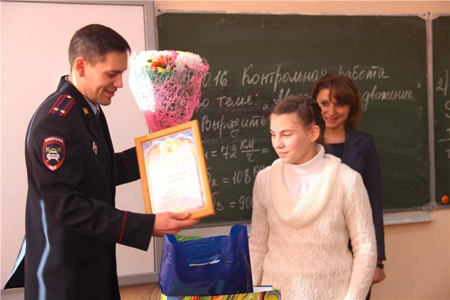 ВКрасноярске школьницу наградили заспасение меньшей сестры при ДТП