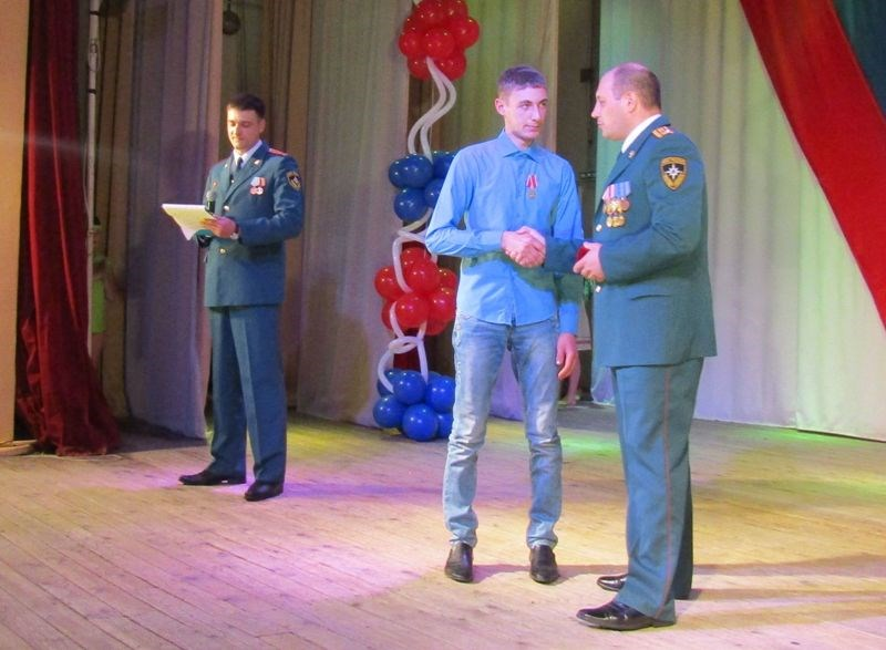 ВКрасноярском крае наградили медалью «Заотвагу напожаре» 16-летнего молодого человека