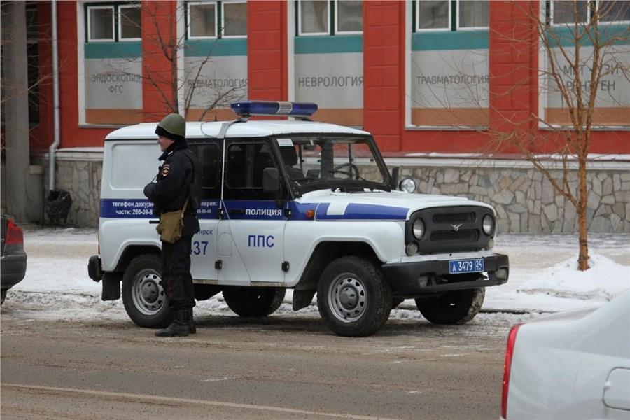 Неменее сотни служащих ФСБ савтоматами оцепили площадь вКрасноярске