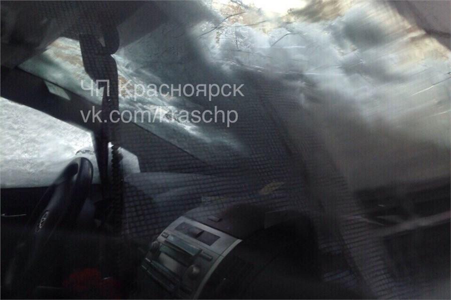 ВКрасноярске снежная глыба рухнула намашину скрыши здания