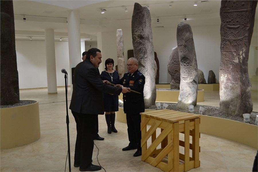 Минусинский мастер ихакасский следователь сделали копию средневекового оружия