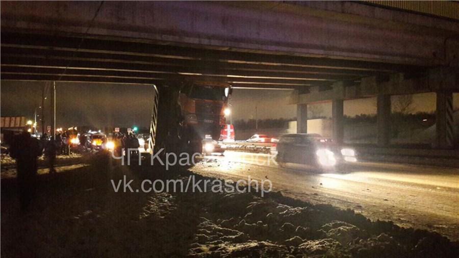 ВКрасноярске фургон споднятым корпусом застрял под мостом
