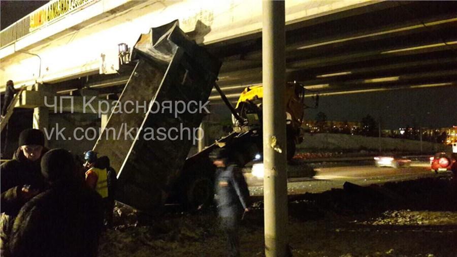 Непроскочил: вКрасноярске фургон застрял под мостом