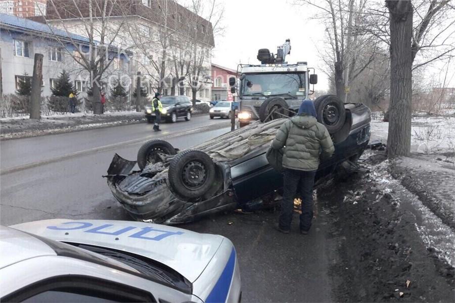 В итоге массового ДТП вКрасноярске Тоёта встала накрышу