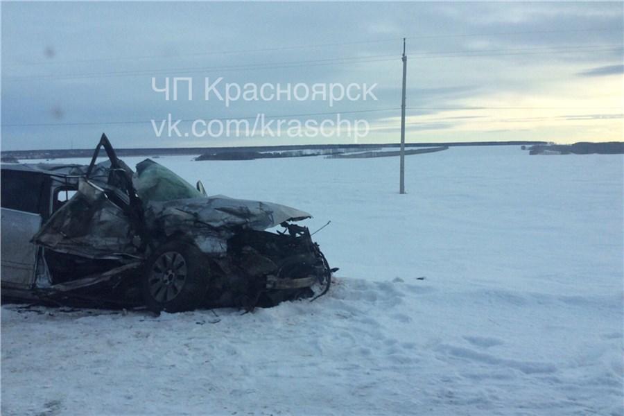 ВКрасноярском крае случилось лобовое столкновение КамАЗа ииномарки: есть погибший