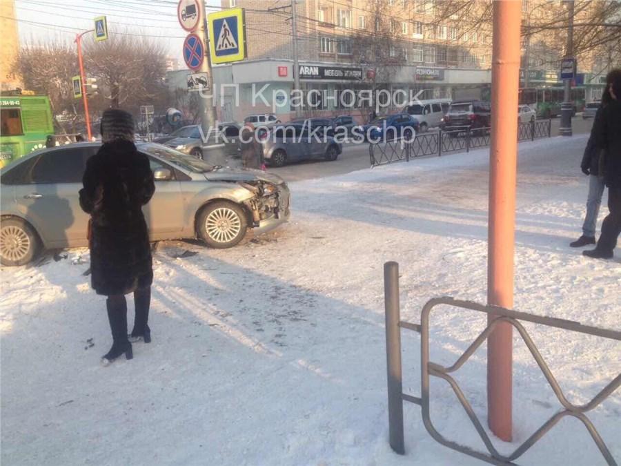 ВКрасноярске «Форд» после ДТП сбил пешехода