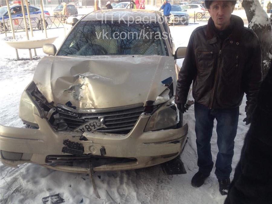 Вцентре Красноярска иномарку после ДТП отбросило напешеходов: пострадавший в клинике