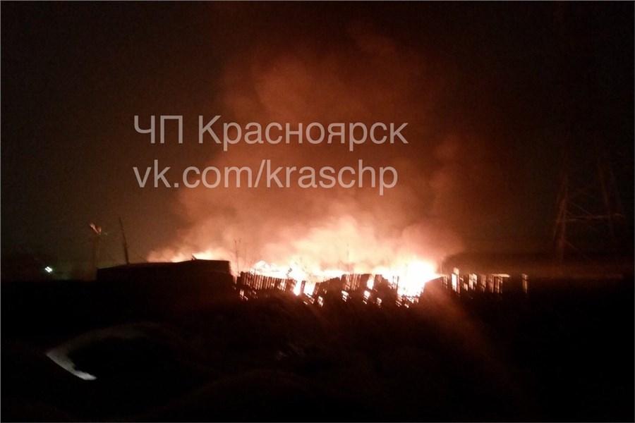 Направобережье Красноярска произошел пожар: сгорел автосервис идве машины