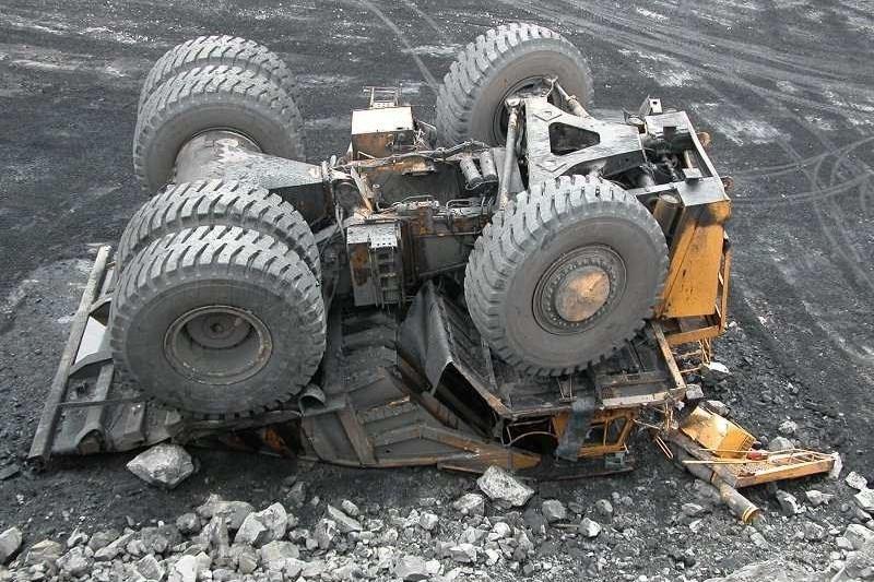 ВКрасноярском крае пожарные спасли водителя «БелАЗа», упавшего вкарьер