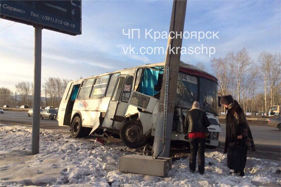 НаОктябрьском мосту автобус спассажирами въехал встолб